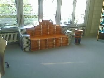 Büchersofa in der Unibibliothek