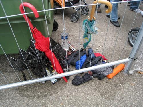 Aufgegebene Schirme am Fest-Einlass