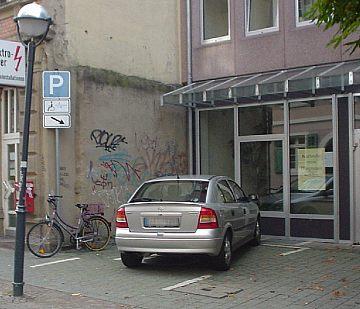 Straßenlampe vor Behindertenparkplatz